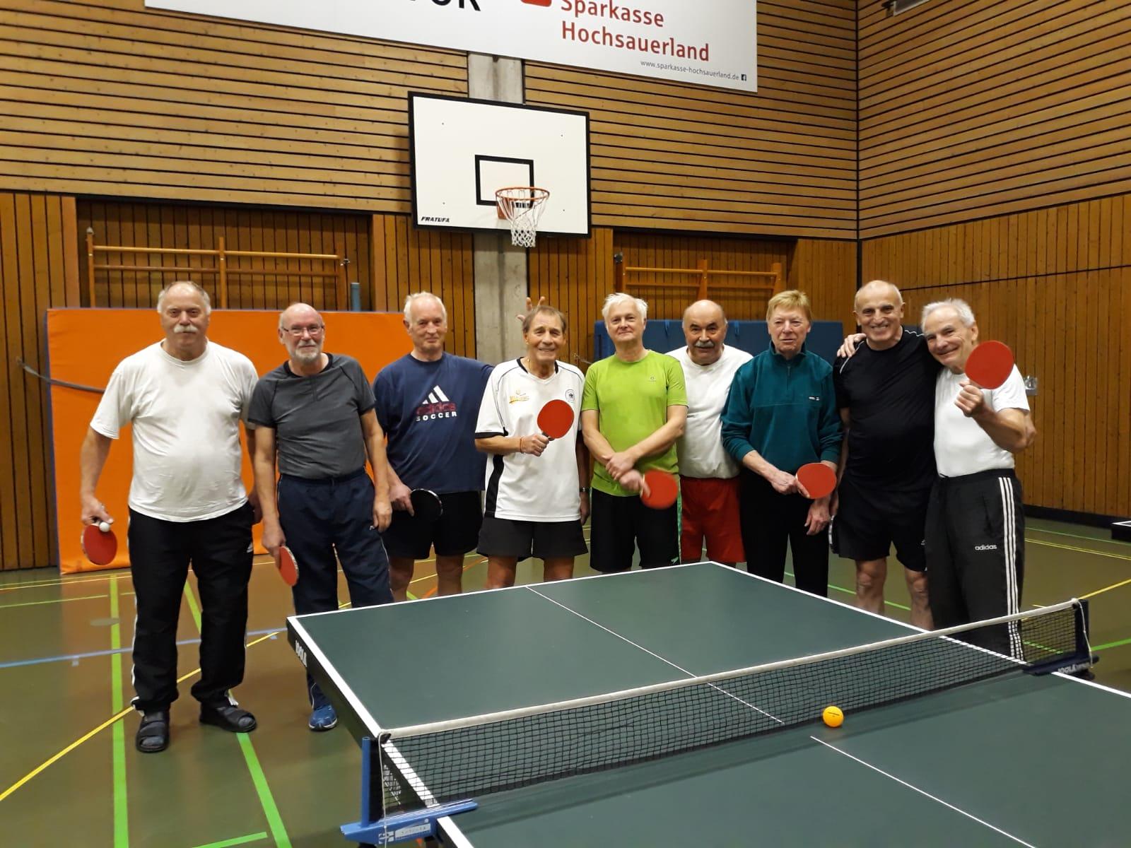 Die älteren Alten Herren des SVB treffen sich regelmäßig zum Tischtennis spielen.