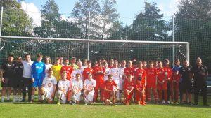 Die beiden Teams auf dem Sportplatz in Gevelinghausen.