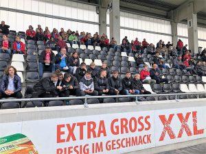 Beim Spiel der zweiten Frauen-Bundesliga zwischen Gütersloh und Bayern München II war auf den Tribünen der Tönnies Arena einiges los.