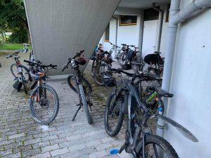 """Nach der gemeinsamen E-Bike-Tour steht der """"Fuhrpark"""" der Alte Herren -Radler vor der Jakobuslinde."""